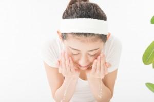 ぬるま湯で顔を洗う